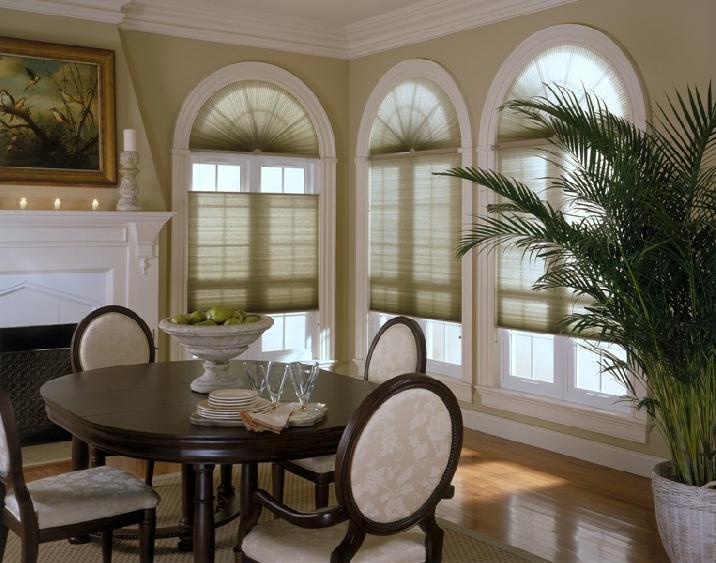 Арочные деревянные окна в интерьере загородного дома