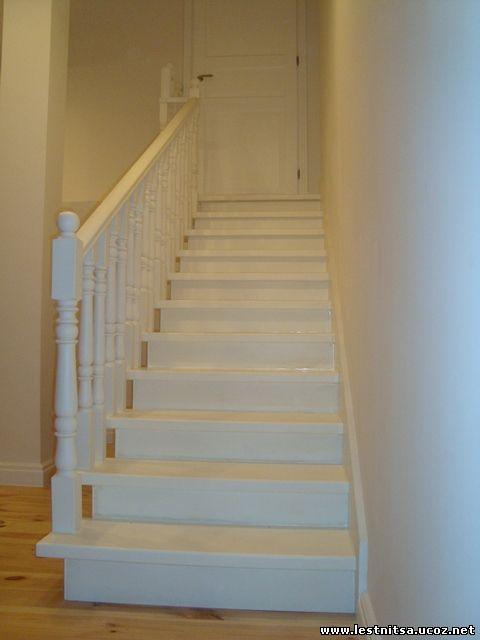Белая деревянная лестница, прошедшая необходимую отделку