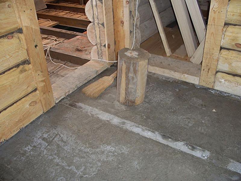 Бетонная стяжка на полу бревенчатого сруба.