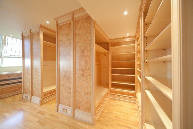 Библиотечные стеллажи, облицованные тонкой древесно-слоистой плитой