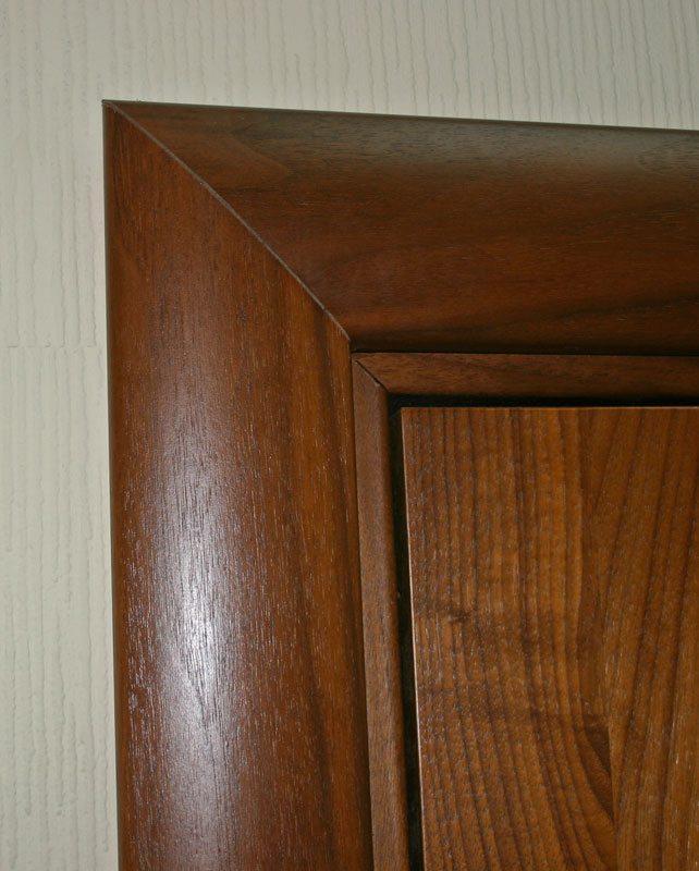 Благодаря качественной наружной отделке наличник из МДФ практически ничем не отличается от деревянного варианта