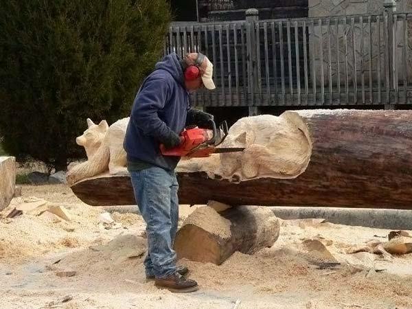 Чтобы выпиливать фигуры из дерева бензопилой своими руками, необходимо приобрести защитное снаряжение и надеть удобную прочную одежду
