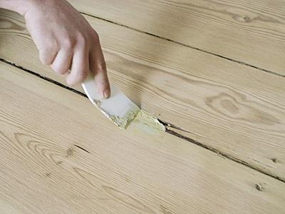 Даже большие щели можно заделать за один раз, при этом прочность материала после застывания будет соответствовать самым высоким стандартам