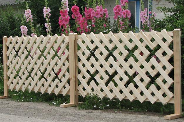 Декоративный деревянный заборчик с оригинальным узором.