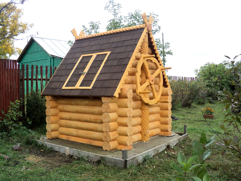 Декоративный домик для колодца из бревна