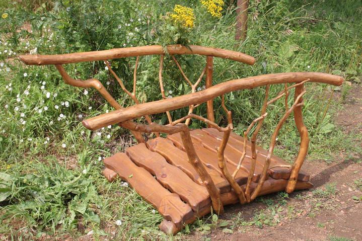 Декоративный мостик украшает огород.