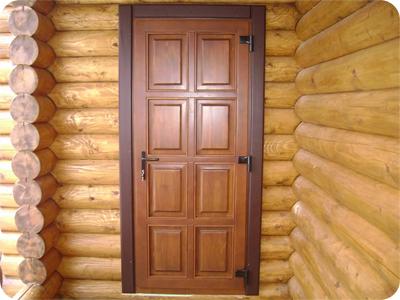 Деревянная дверь на даче