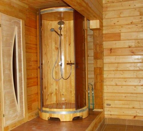 Деревянная кабина в доме из бруса