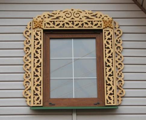 Деревянная обналичка на пластиковом ламинированном окне.