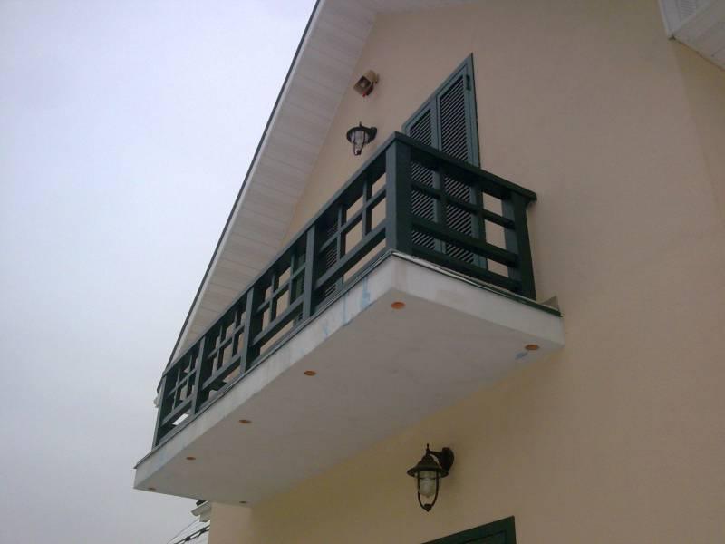 Деревянное ограждение балкона отлично справляется со своей задачей по обеспечению безопасности