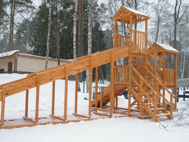 Деревянные детские комплексы служат круглый год