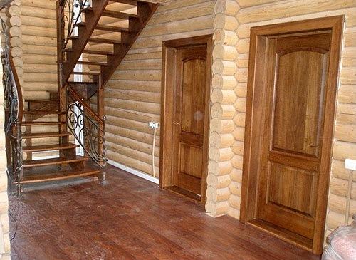 Деревянные двери в деревянном доме – повышенная вероятность того, что нарушение микроклимата приведет к появлению постоянных скрипов и перекосов