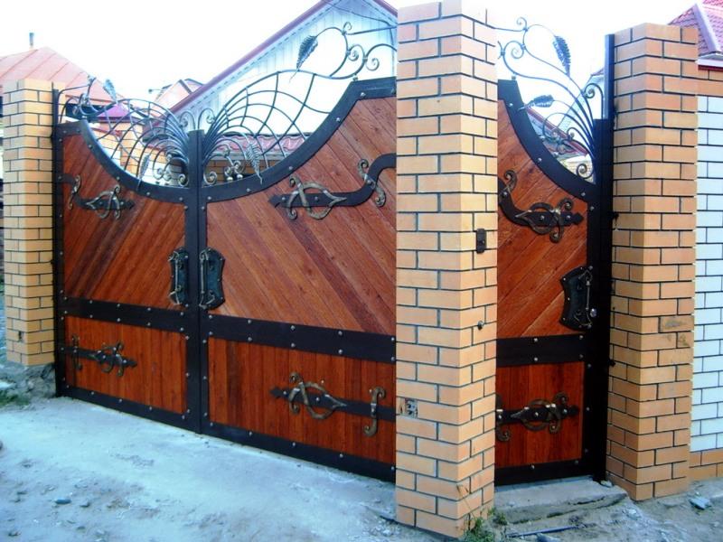 Деревянные кованые ворота - идеальное решение для кирпичного забора