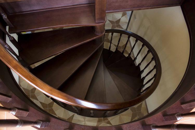 Деревянные лестницы – размеры которых необходимо вписать в ограниченное пространство – делают винтовыми.
