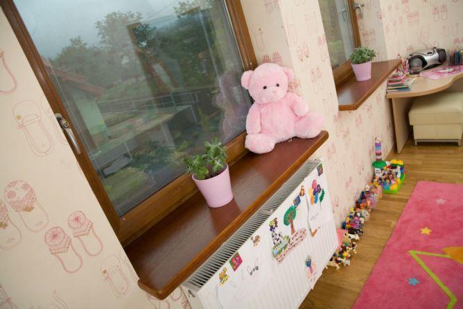 Деревянные рамы – отличный выбор для детской комнаты, гарантирующий полную безопасность вашему ребёнку