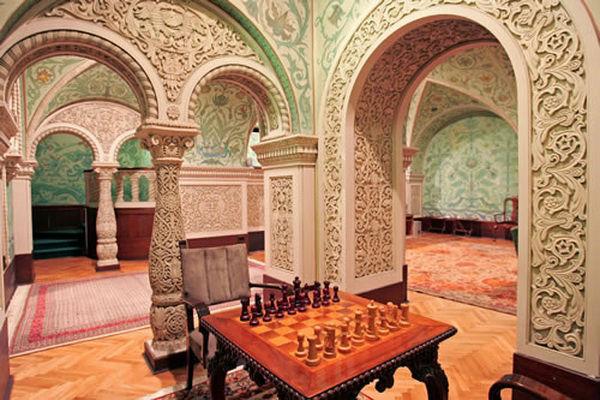 Деревянные резные колонны подчеркивают роскошь интерьера в восточном стиле