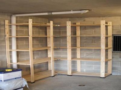 Деревянные угловые стеллажи в гараже лучше дополнительно прикрепить к стене для повышения надежности