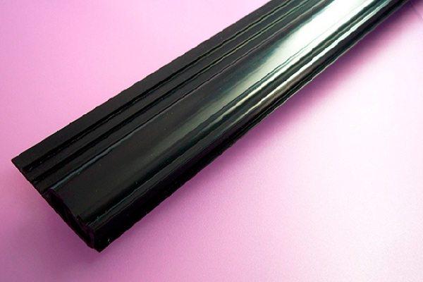 Деревянный глянцевый черный плинтус для потолка и пола