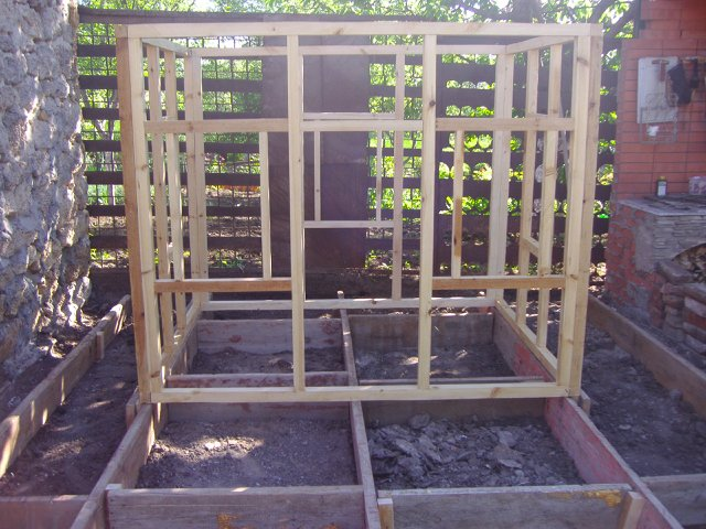 Детский домик сделан из брусков 50 на 50 мм.