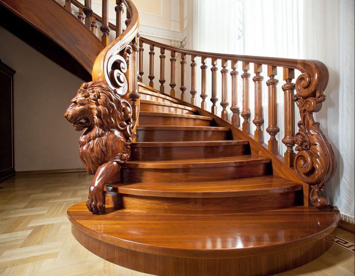 Дизайн деревянных лестниц может быть украшен декоративной резьбой