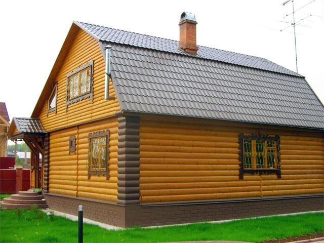 Для отделки дома использовали металлический блок-хаус