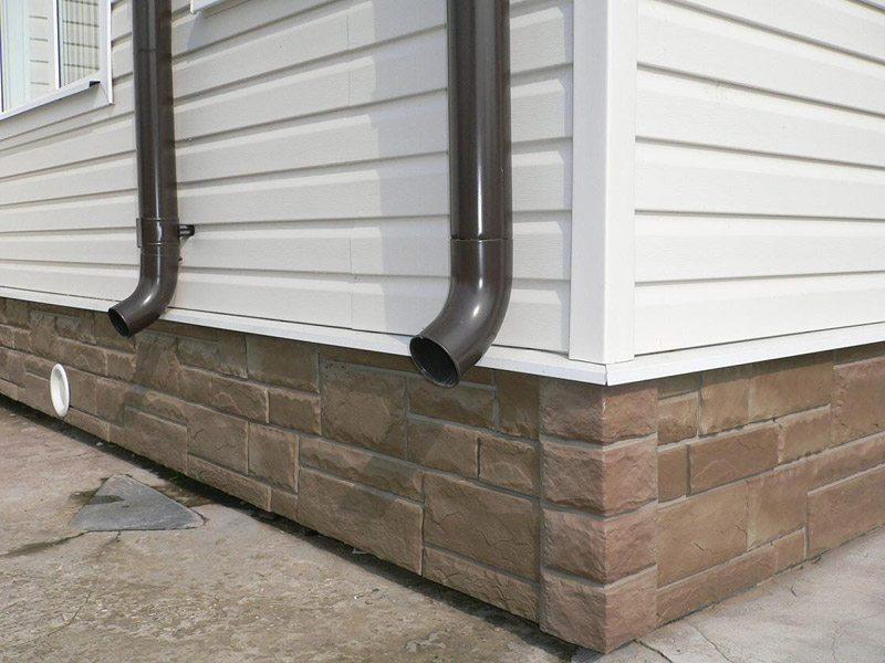 Для отделки дома использовано два типа сайдинга – цокольный (внизу) и горизонтальный (вверху)
