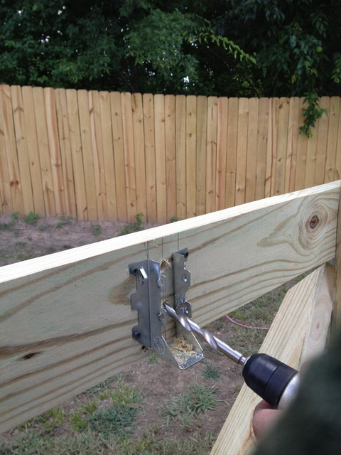 Для соединения горизонтальных и вертикальных элементов используйте специальные металлические крепежи
