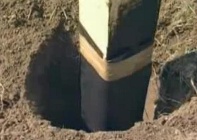 Для того чтобы опоры стояли надежнее, в ямы можно набросать камней