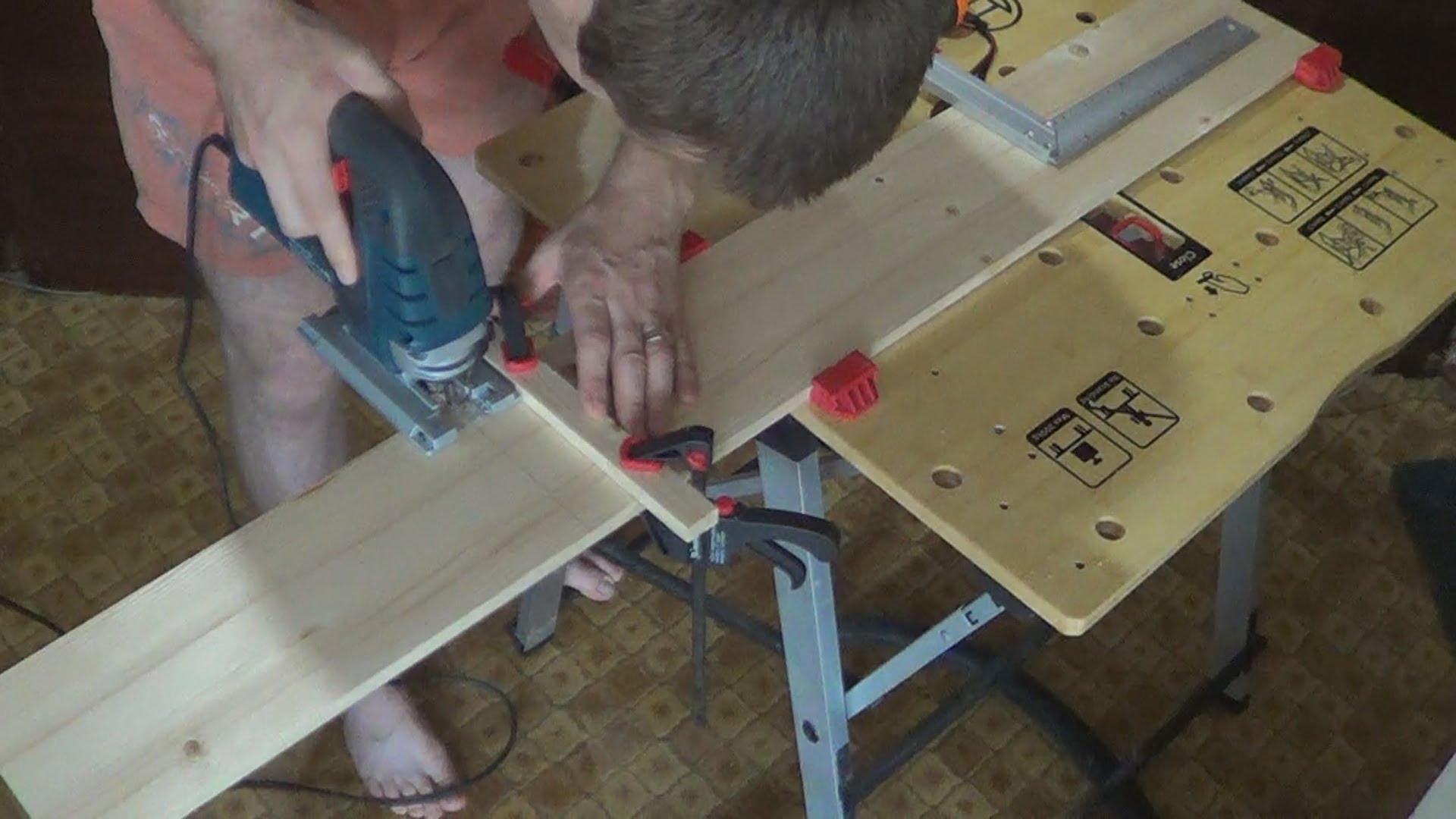 Для того чтобы сделать идеально ровный угол, прижмите к заготовке рейку струбцинами и используйте ее как направляющую при резке