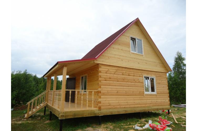 Дом из бруса с верандой на винтовых сваях