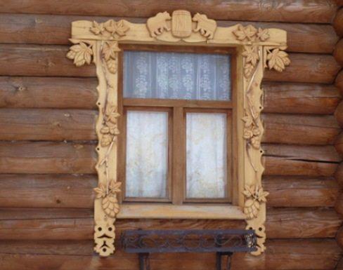 Дубовое оформление окна сруба