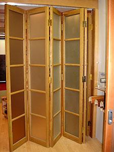 Двери-гармошка из дерева отлично подходят как для жилых, так и для офисных помещений