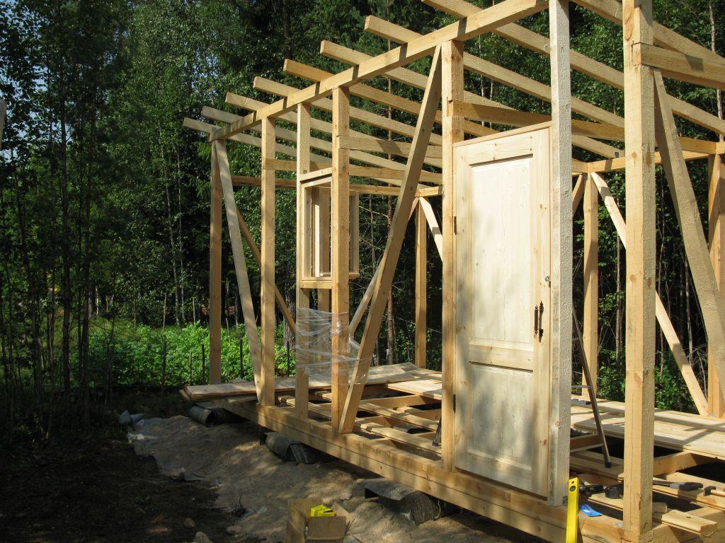 Дверные и оконные проемы заполняются до финишной отделки, чтобы не нарушить уровень и расположение элементов
