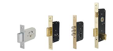 Дверные замки на деревянные двери бывают разными, естественно, варьируется и цена изделий