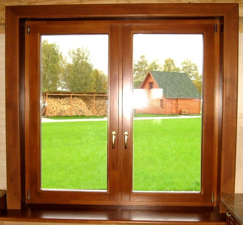 Двухстворчатое окно со стеклопакетом в деревянной раме.