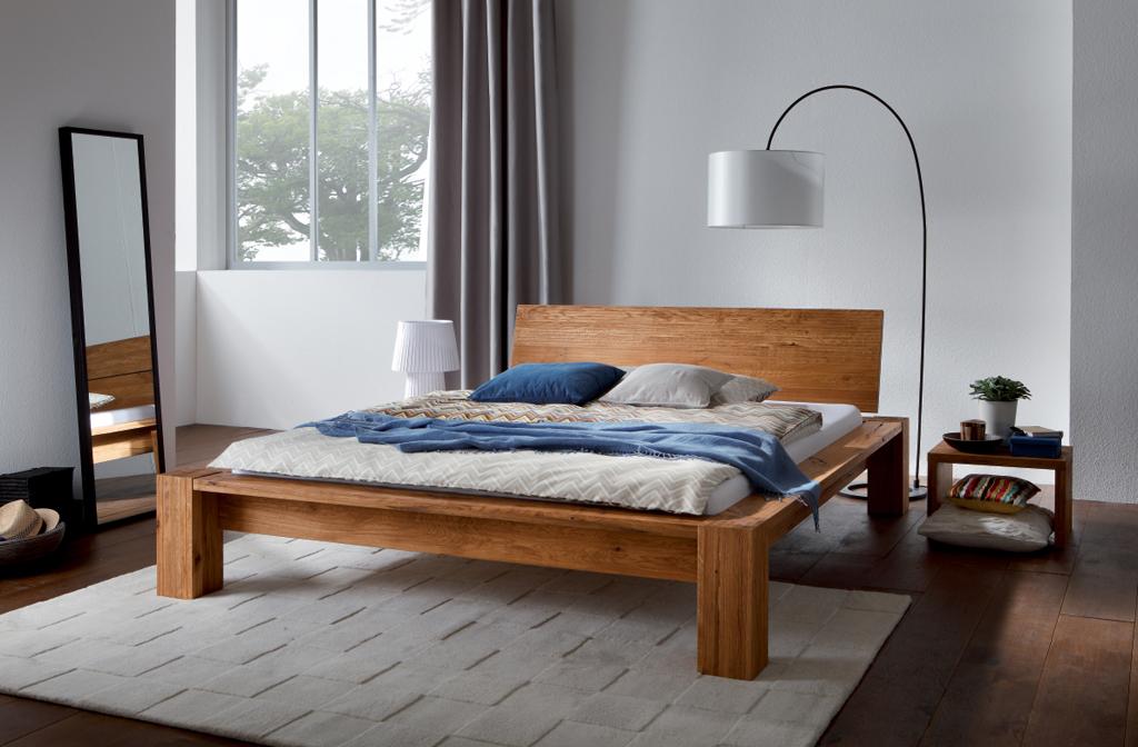 Двуспальная кровать из массива дуба в минималистическом стиле.