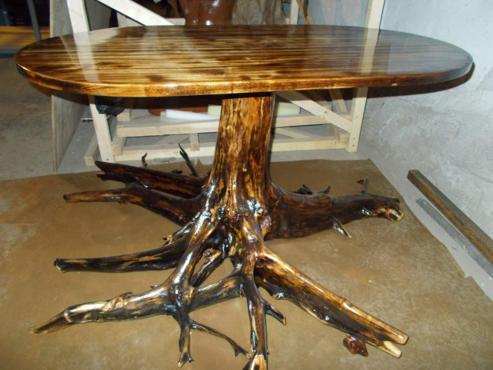 Эксклюзивная мебель из дерева ручной работы с использованием корневой системы выглядит более чем необычно