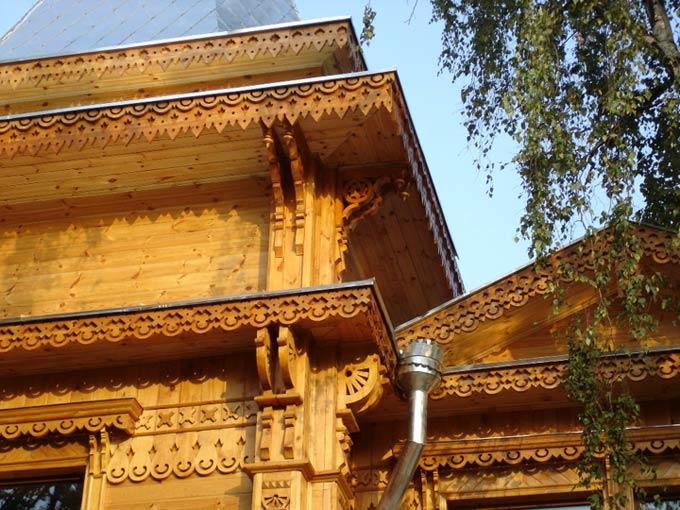 Элементы украшений располагались практически везде, особенно часто – вокруг окон, на наличниках и фронтонах, на углах и торцах.