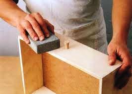Если старое покрытие держится хорошо, то его можно просто зачистить наждачной бумагой