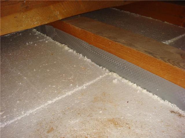 Если утепляется черновой деревянный пол, то по основанию прокладывается специальная паропроницаемая мембрана