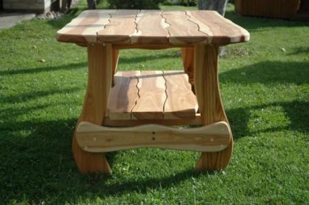 Если вы готовы потратить время, то можете сделать необычный садовый деревянный стол своими руками, но в этом варианте придется подгонять друг к другу каждый из элементов