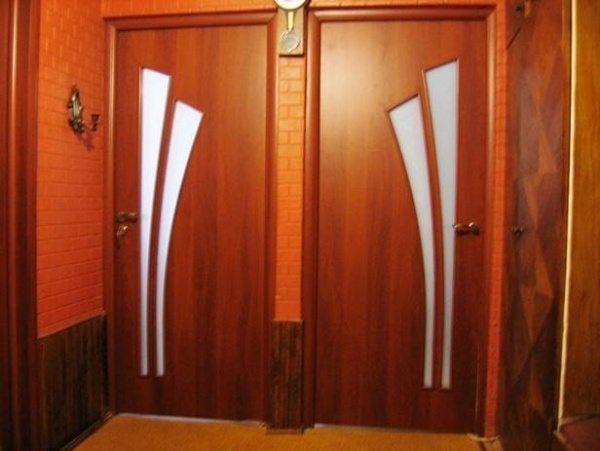 Если вы покупаете двери из МДФ, то наличник будет идти в комплекте, поэтому подбирать оттенок не придется