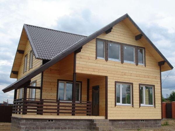 Этот дом из бруса 8 на 9 на 8 на 9 – пример рациональности и максимального использования всей полезной площади и на первом, и на втором уровне