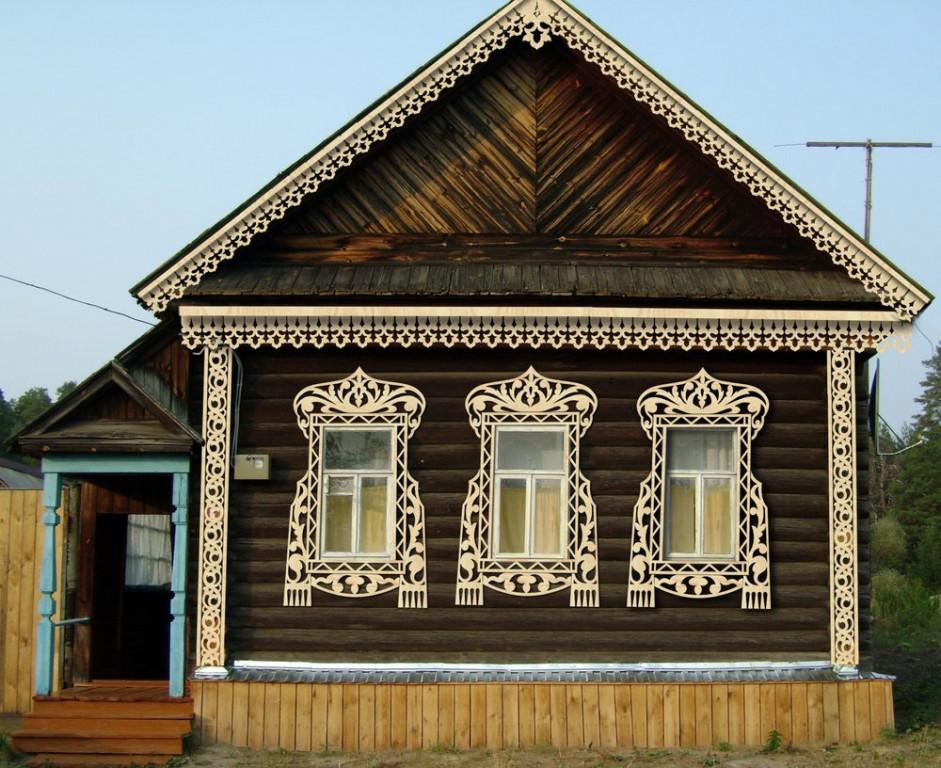 Фасад украшен прорезными элементами.