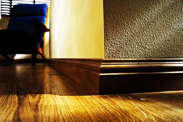 Фото деревянного бордюра в интерьере.