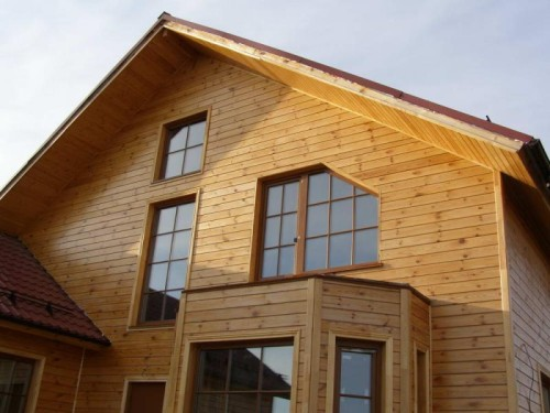 Фото дома облицованного имитацией бруса.