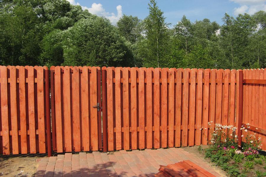 Фото ограды, обработанной акрилатным составом