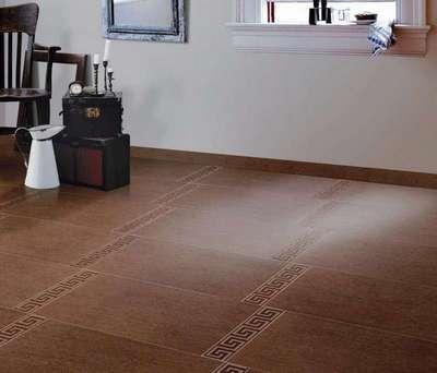 Фото плиточного напольного покрытия, обрамлённого плинтусом из аналогичного материала