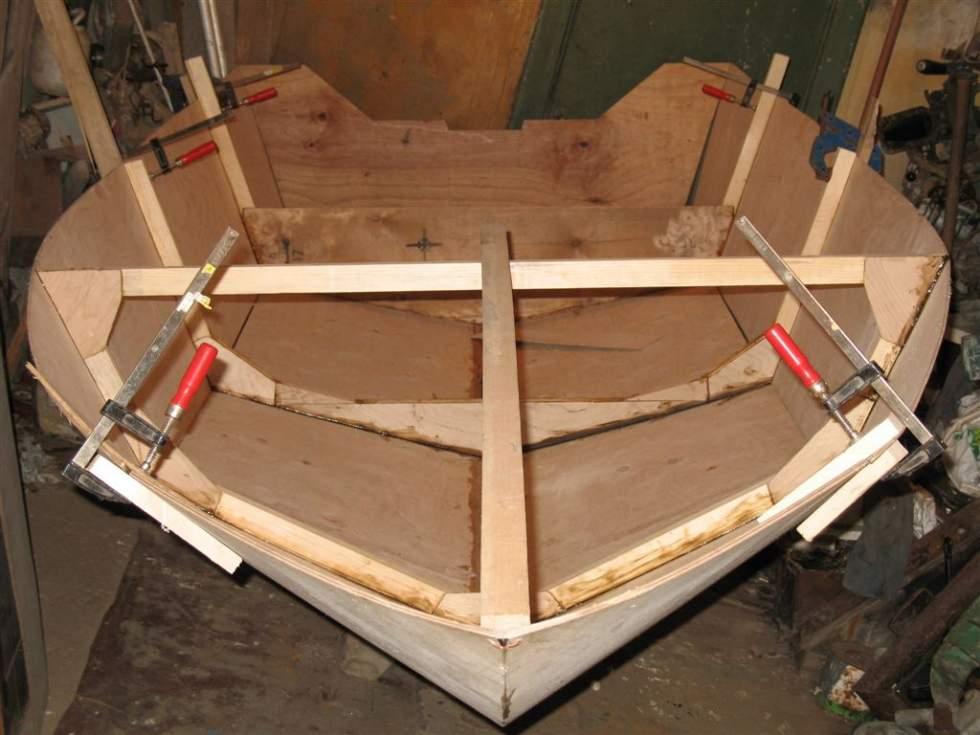 Фото почти готовой лодки с приклеенными бортами, установленными шпангоутами и каркасом для кокпита