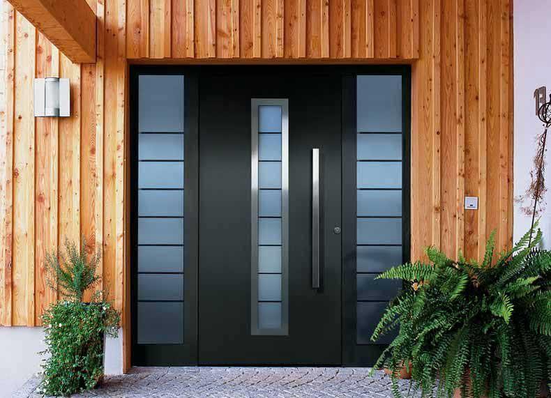 Фото входной металлической двери в деревянном доме